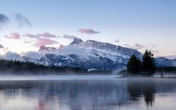 Two杰克湖在班夫国家公园 免版税库存照片