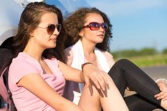 Two attractive young women wearing sunglasses Royalty Free Stock Photos