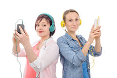 Two beautiful women listening to music with smartphone Royalty Free Stock Images