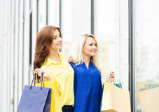 Two beautiful young women with shopping bags Royalty Free Stock Photos