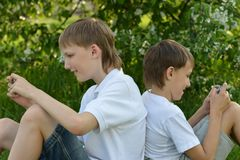 Two boys play on phone Royalty Free Stock Photos