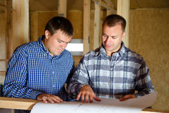 Two builders discussing a building plan Royalty Free Stock Photos