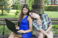 Two business women in the park to buy a laptop Royalty Free Stock Images