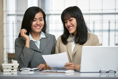 Two businesswomen working in office Royalty Free Stock Photos