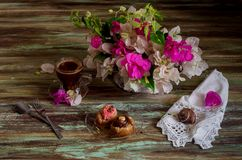 Two cakes, a bouquet of flowers and a cup of coffee Royalty Free Stock Photos