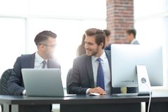 Businessman explains the idea of the project to a colleague Royalty Free Stock Photos