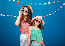 Two cheerful beautiful sisters in hats and sunglasses Stock Photography