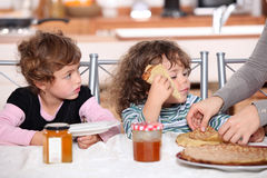 Two children at kitchen table Stock Photography
