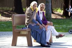 Two elderly Indian ladys sitting on the bench Royalty Free Stock Photography