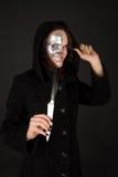 Two-faced Hexe, die das Messer und die Grimasse anhält Lizenzfreies Stockfoto