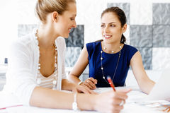 Two female colleagues in office Royalty Free Stock Photos