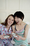 Two female friends playing video game Royalty Free Stock Photography