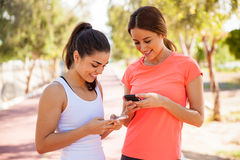 Two female runners texting Royalty Free Stock Photos