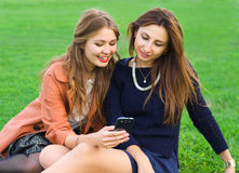 Two friends looking at a smartphone Royalty Free Stock Photography