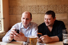 Two friends using mobile phones Royalty Free Stock Photos