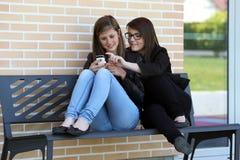 Two_Girl_Phone Стоковое Изображение RF