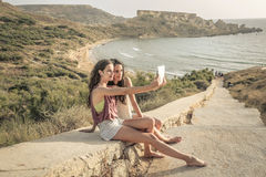 Two girls doing a selfie Royalty Free Stock Photos
