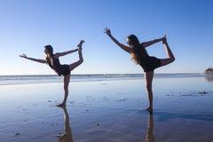 Two girls doing yoga Stock Photography