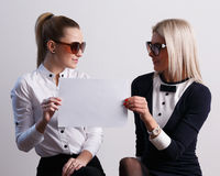 Two girls holding blank paper Royalty Free Stock Photos