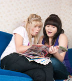 Two girls read magazine Royalty Free Stock Photography