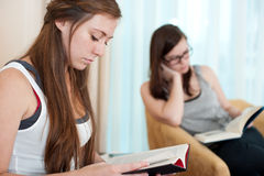 Two girls reading Royalty Free Stock Photos