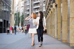 Two girls walking in a city Royalty Free Stock Photography