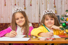 Two girls write wishes for new year Royalty Free Stock Photography
