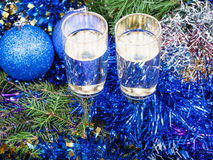 Two glasses with blue Xmas decorations and tree 5 Stock Photography
