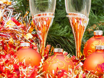 Two glasses with gold Xmas decorations and tree 2 Stock Photography