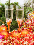 Two glasses with gold Xmas decorations and tree 5 Stock Photography