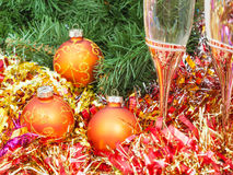 Two glasses with gold Xmas decorations and tree 9 Royalty Free Stock Photos
