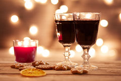 Two glasses of mulled wine with gingerbread Stock Photography