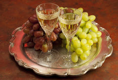 Two glasses of wine and grapes Royalty Free Stock Photography