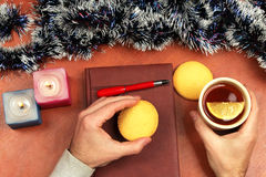 Two hands with a Cup of hot tea and cookies at the Christmas off Royalty Free Stock Photos