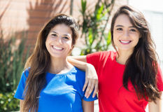 Two happy caucasian girlfriends in the city Royalty Free Stock Images