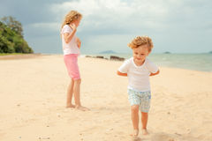 Two happy kids playing at the beach Royalty Free Stock Images