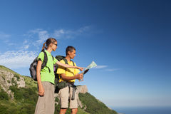 Two hikers looking at map Royalty Free Stock Photos