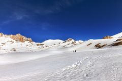 Two hikers on snow plateau Royalty Free Stock Photos