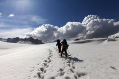 Two hikers on snowy plateau Royalty Free Stock Photography