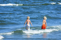 Two kids in the sea Royalty Free Stock Photography