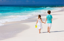 Two kids walking along a beach at Caribbean Royalty Free Stock Photos