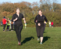 Two ladies running Royalty Free Stock Images