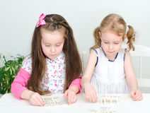 Two little girls playing domino Royalty Free Stock Images