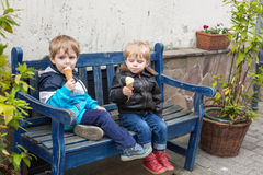 Two little sibling boys eating ice cream Stock Photography