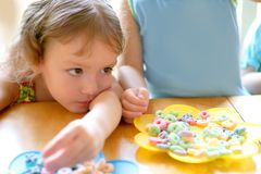 Two little sister girls eating together Royalty Free Stock Photos