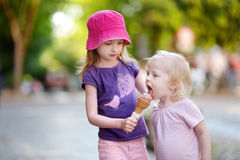 Two little sisters eating ice cream Stock Photography