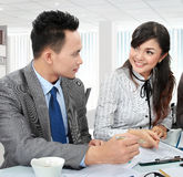 Two office worker discuss Royalty Free Stock Photos