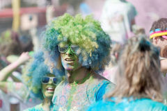 Two partpicients wearing large wigs and covered with blue and gr Royalty Free Stock Images