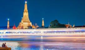 Two people enjoys night view of Wat Arun Royalty Free Stock Photos