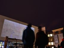 Two people watching a movie outside Royalty Free Stock Photos